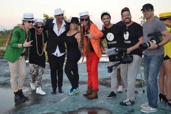 20-los-protagonistas-y-los-realizadores-del-videoclip-posan