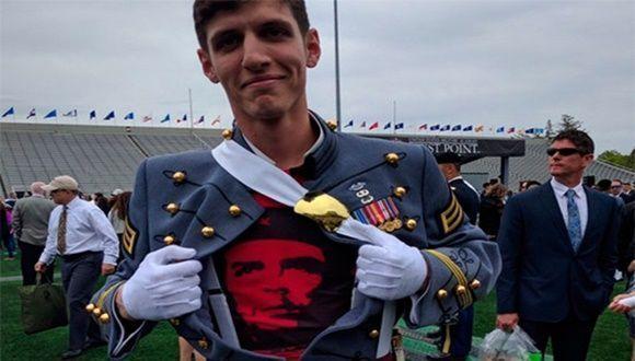 joven-cadete-de-eeuu-con-el-che
